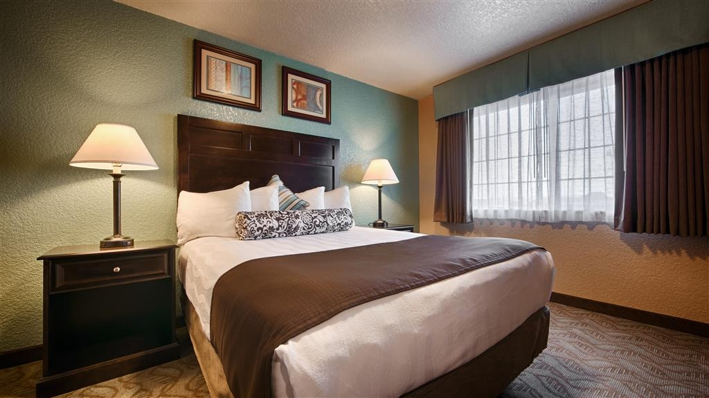 Best Western Plus Bayshore Inn - Our queen guest rooms feautring a separate living room are the perfect way to start your relaxing weekend. This room is not pet-friendly.