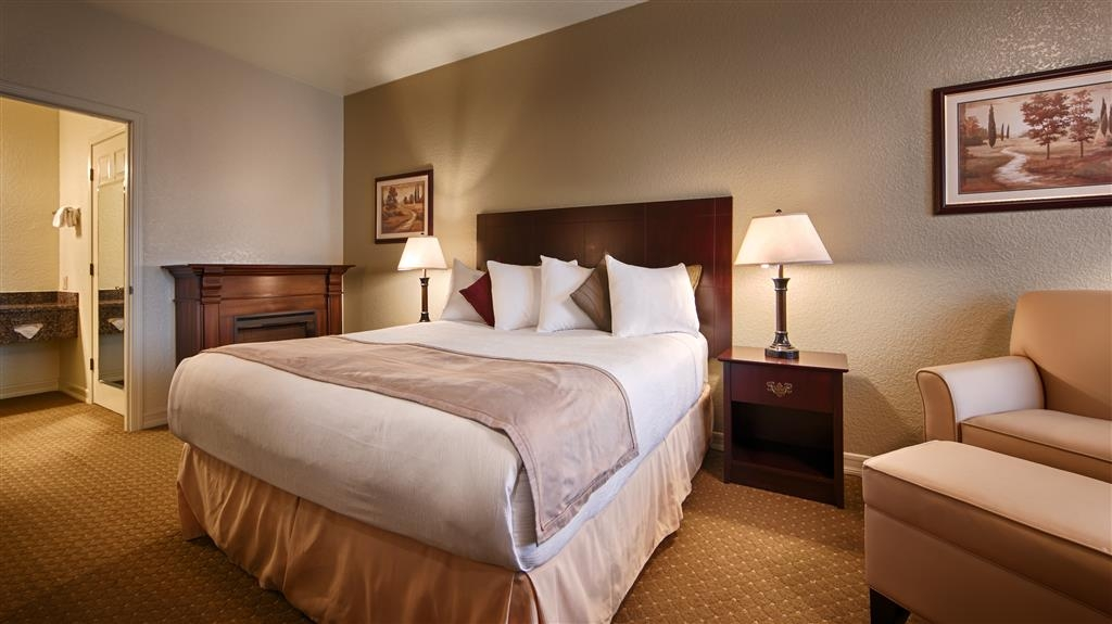 Best Western Plus Bayshore Inn - Pull back the covers, hop in and catch your favorite TV show in our king guest rooms feautring a fireplace. This room is in our business section of the property which is intended for adults only. This room is not pet-friendly. This room is not pet friendly