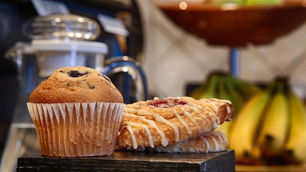 Best Western Clovis Cole - Our complimentary full breakfast includes muffins, pastries and fresh fruit.