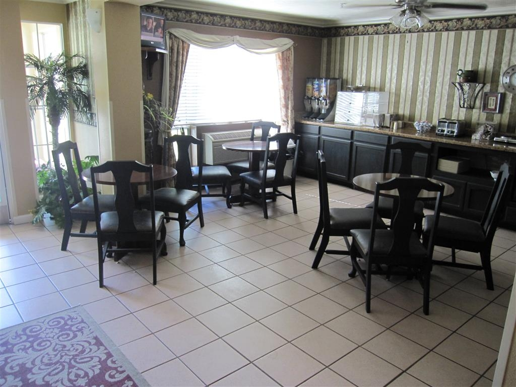 Best Western Clovis Cole - Enjoy a complimentary breakfast in our breakfast area.