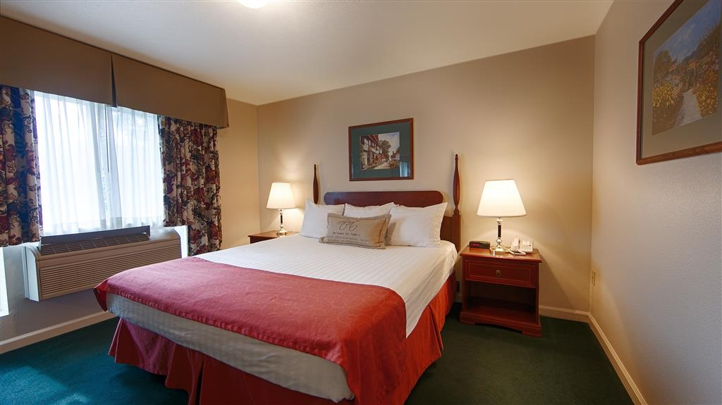 Best Western Clovis Cole - Wake up refreshed in this king bed guest room.