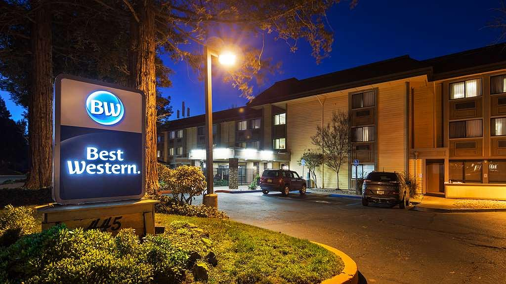Best Western John Muir Inn - Hotel Exterior at Night