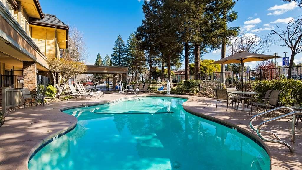 Best Western John Muir Inn - Vue de la piscine