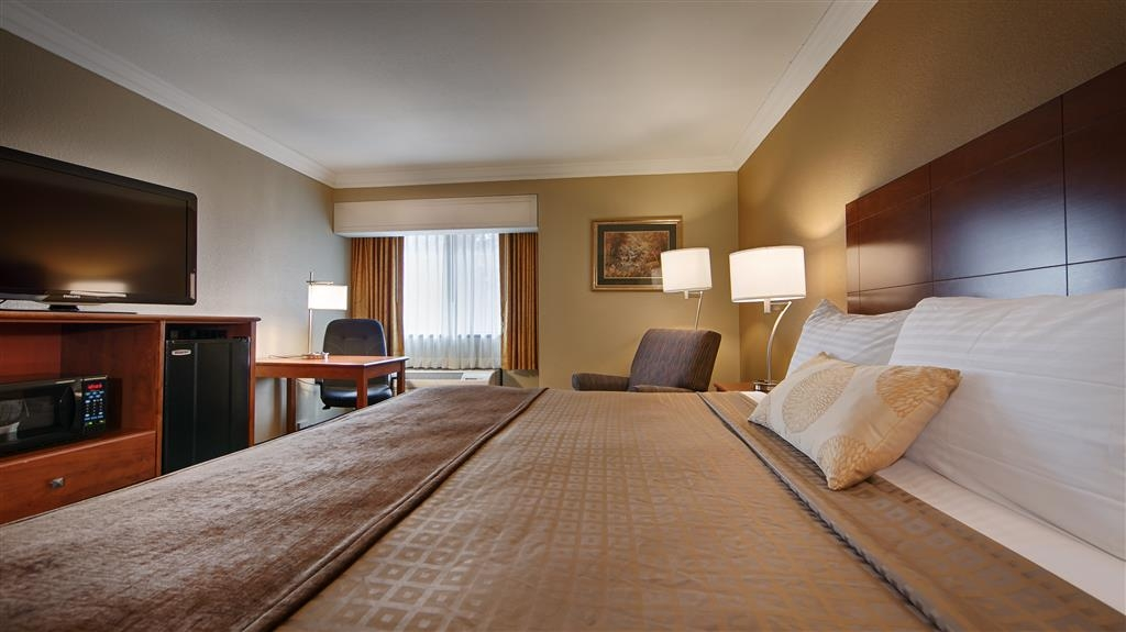 Best Western John Muir Inn - At the end of a long day, relax in our clean, fresh king bed guest room.