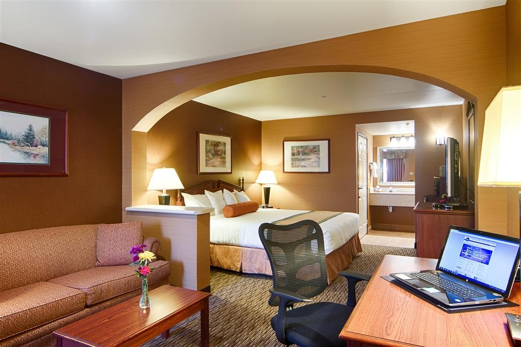 Best Western Exeter Inn & Suites - Stretch out and relax in the King Suite