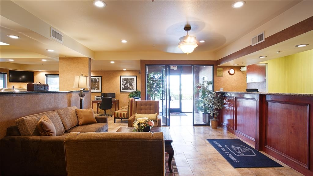 Best Western Exeter Inn & Suites - First impressions are the most important, and our chic lobby is no exception to that rule.