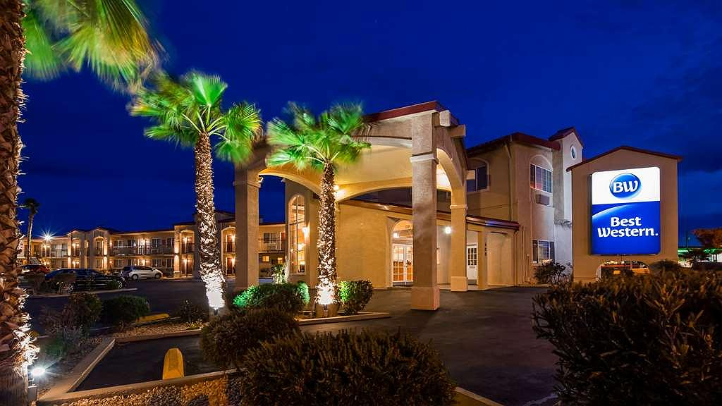 Best Western China Lake Inn - Hotel Exterior at Night