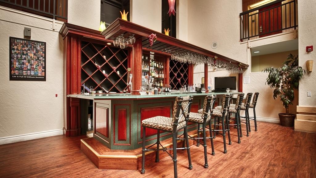 Best Western Plus Villa Del Lago Inn - Bar / Lounge