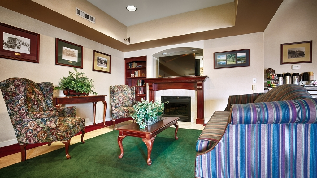 Best Western Plus Villa Del Lago Inn - Our lobby is the perfect spot to relax after a long day of work and travel.