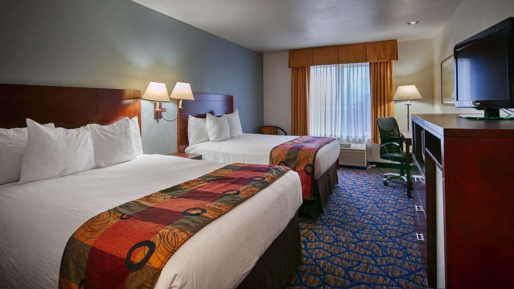 Best Western Plus Villa Del Lago Inn - Make yourself at home in our two queen bed guest room