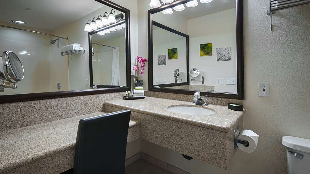 Best Western Plus Villa Del Lago Inn - Enjoy getting ready in the morning in our Master Suite Guest Bathrooms