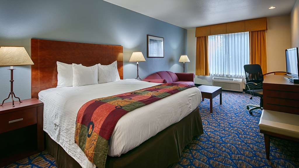 Best Western Plus Villa Del Lago Inn - Enjoy the extra seating and sofa bed in our King guest room
