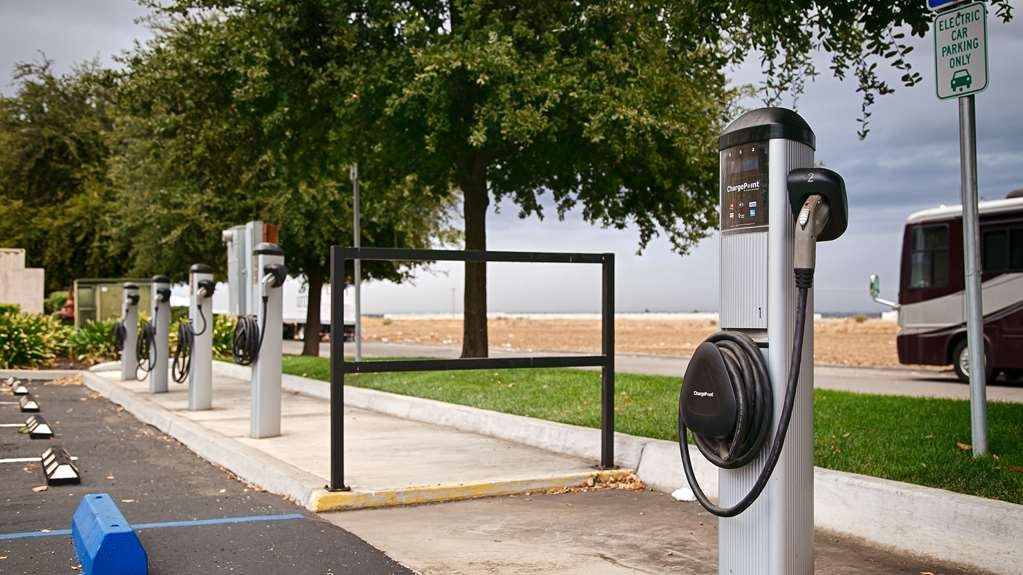 Best Western Plus Villa Del Lago Inn - For your convenience, we have an electric car charger at the property