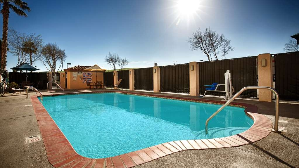 Best Western Plus Villa Del Lago Inn - Take a refreshing dip in our sparkling outdoor swimming pool, then rejuvenate in our outdoor hot tub.