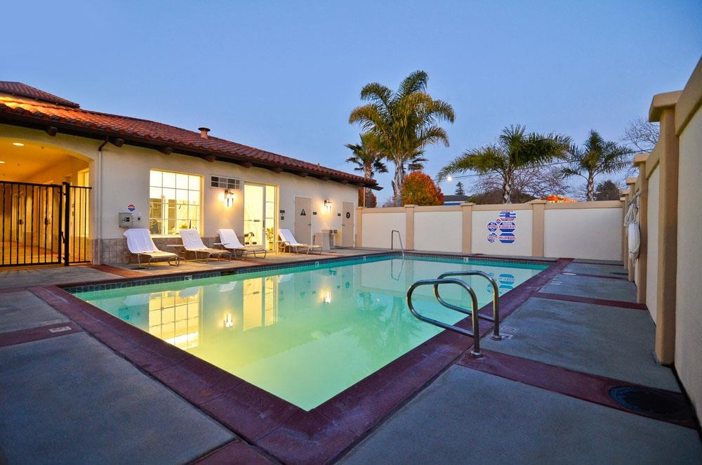 Best Western Plus Capitola By-the-Sea Inn & Suites - Fai un tuffo nella nostra piscina riscaldata all'aperto.
