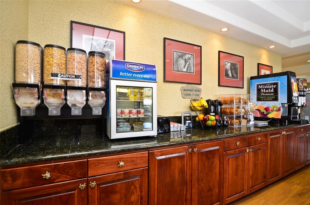 Best Western Cedar Inn & Suites - In the mornings a delectable breakfast awaits you.