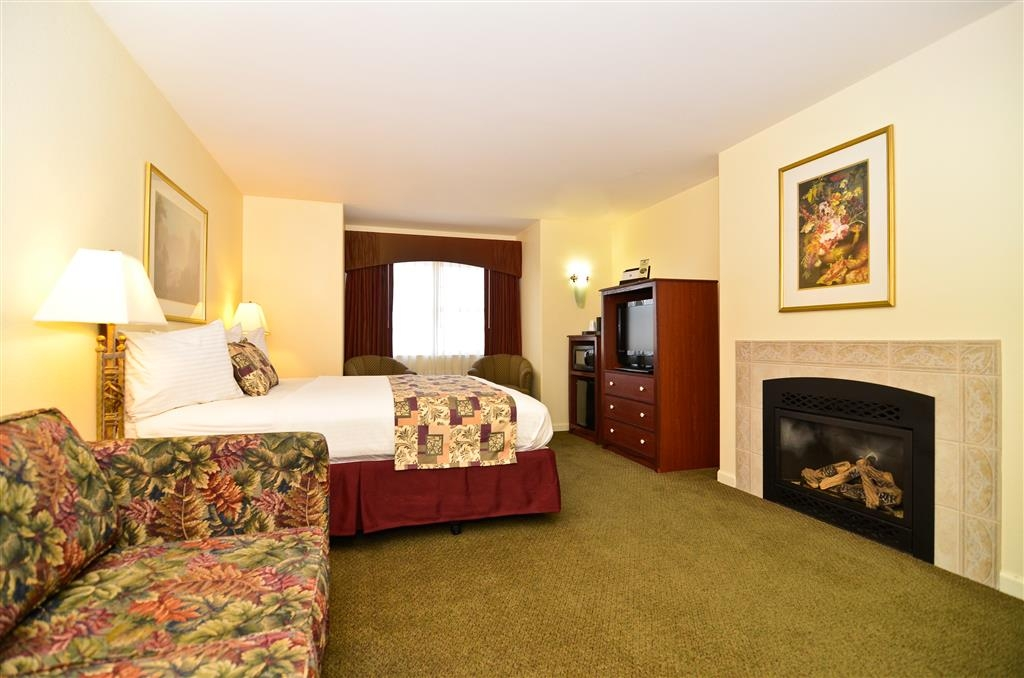 Best Western Cedar Inn & Suites - Spend some quality time together lounging by the fireplace featured in our King Fireplace Suite