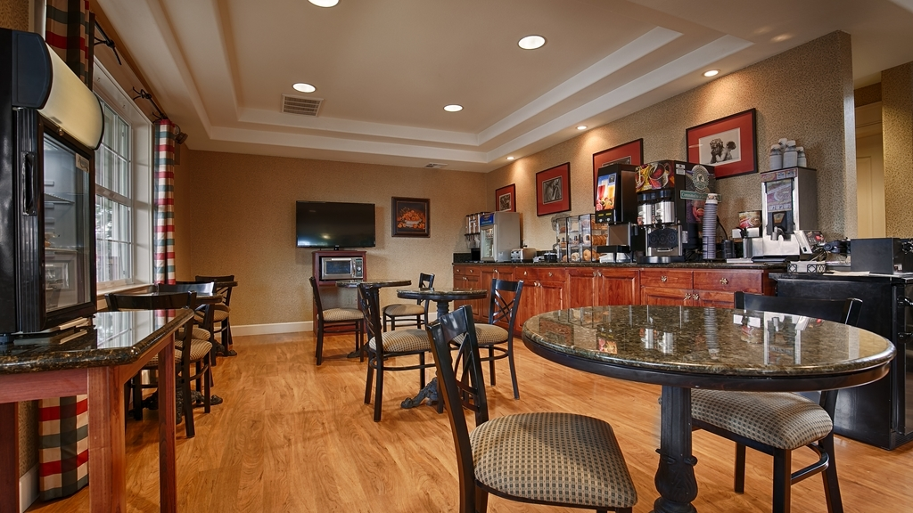 Best Western Cedar Inn & Suites - Enjoy a complimentary meal in our Breakfast Area