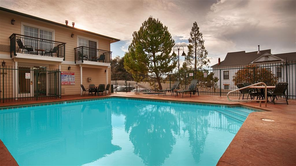 Best Western Cedar Inn & Suites - Enjoy a refreshing dip in our Outdoor Pool