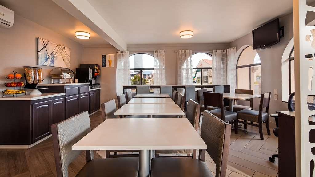 Best Western Los Alamitos Inn & Suites - Enjoy the most important meal of the day in our newly renovated breakfast area.