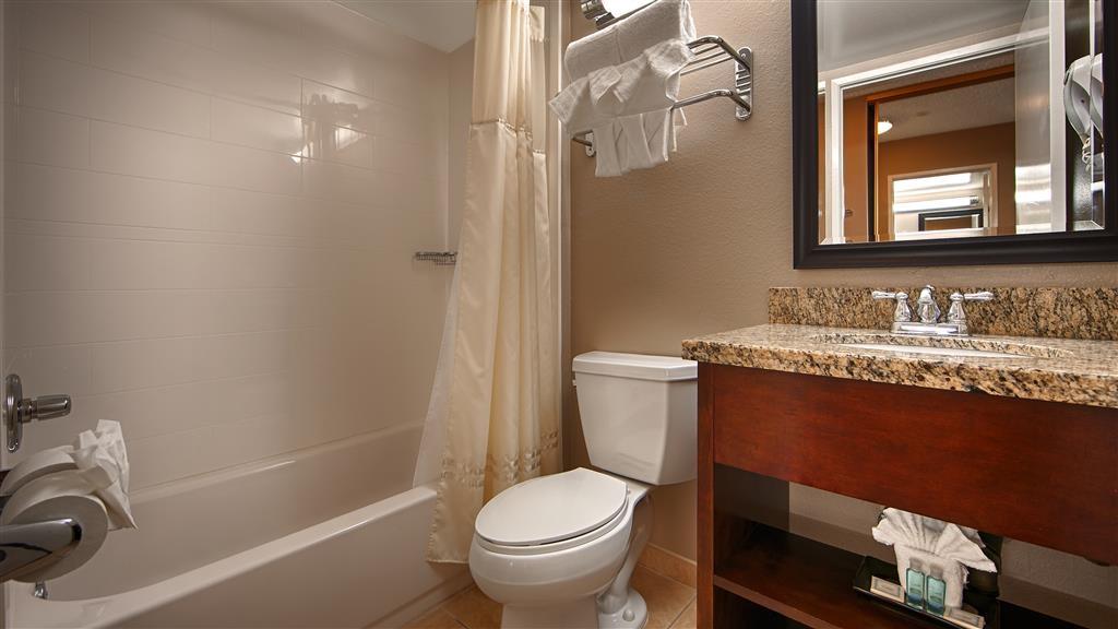 Best Western Los Alamitos Inn & Suites - Guest Bathroom