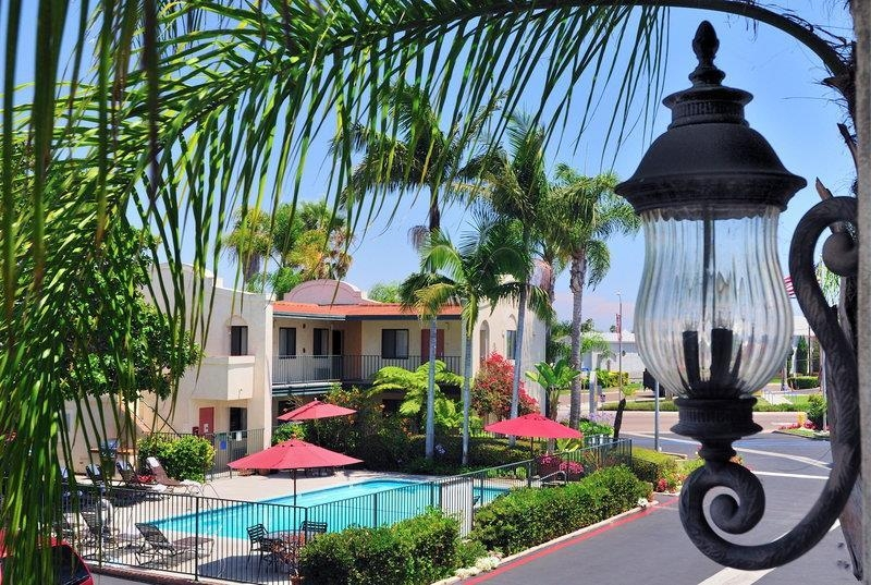 Best Western Lamplighter Inn & Suites at SDSU - We take great pride in our lush, well kept grounds. Enjoy your stay while surrounded by a tropical garden setting.