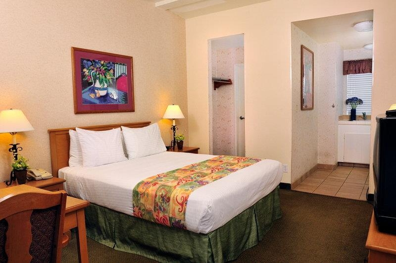 Best Western Lamplighter Inn & Suites at SDSU - Find comfort and convenience in our studio suite with kitchen. Features include a pillow top queen bed flat screen and full kitchen.