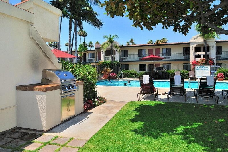Best Western Lamplighter Inn & Suites at SDSU - If you love to grill, and want to enjoy the rest of your day outdoors, we have a poolside barbecue!