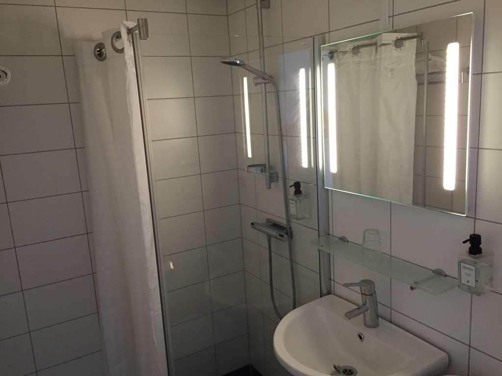 Sure Hotel by Best Western Stanga - Single Bedded Guest Bathroom