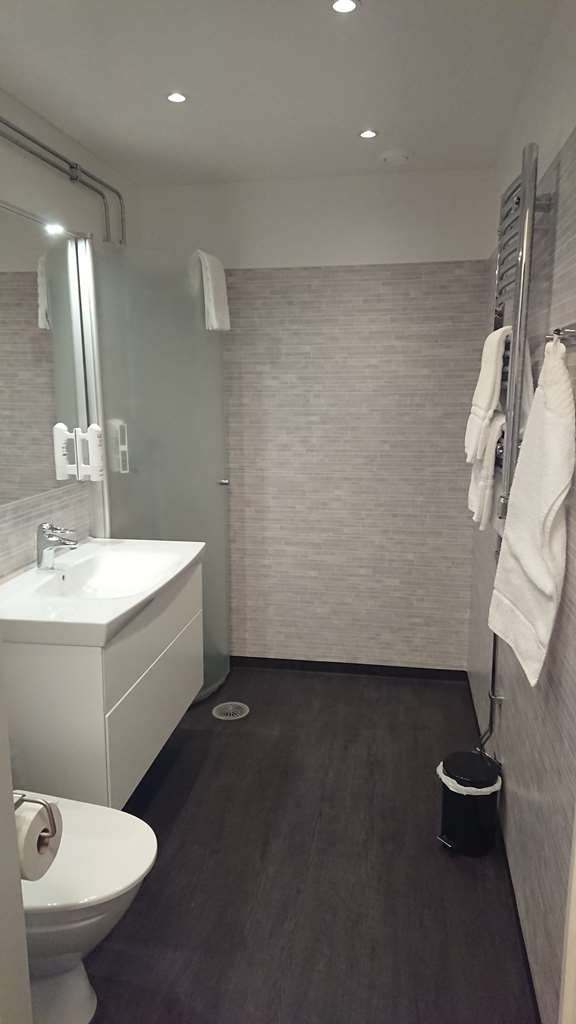 Sure Hotel by Best Western Centralhotellet - Bathroom in the Superior Room with One King Size Bed
