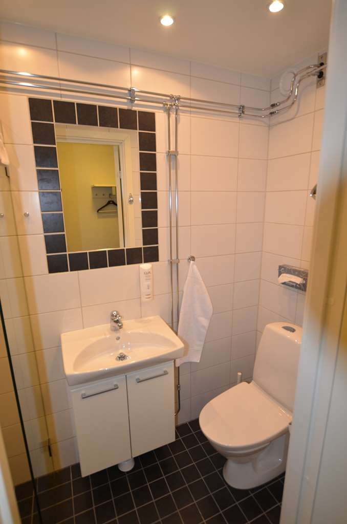 Sure Hotel by Best Western Centralhotellet - Bathroom in the Economy Room with One Twin Size Bed
