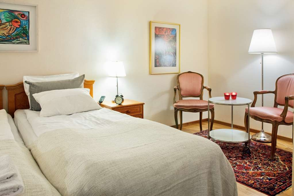 Sure Hotel by Best Western Ojaby Herrgard - Guest Room with Two Twin Size Beds and Sitting Area