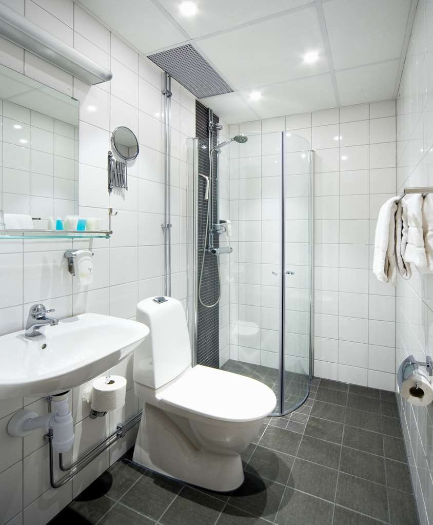 Sure Hotel by Best Western Ojaby Herrgard - Guest Room Baths with Showers