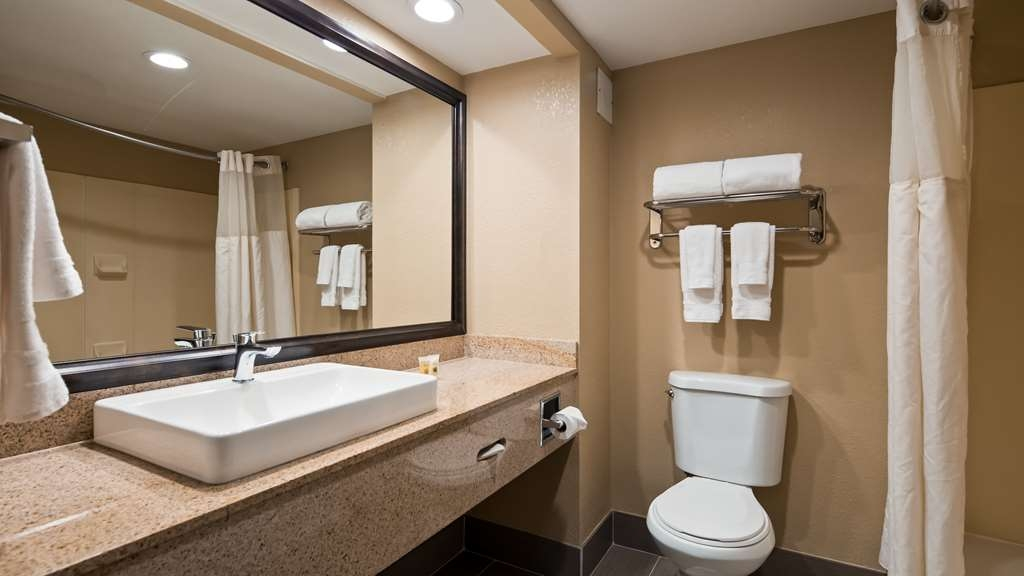 Best Western Plus Airport Inn & Suites - Guest Bathroom