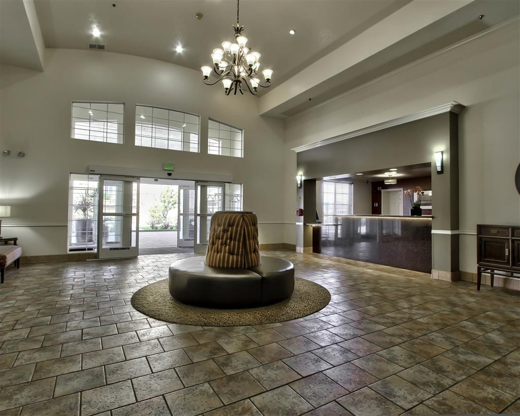Best Western Plus Salinas Valley Inn & Suites - First impressions are the most important and our chic lobby is no exception to that rule.