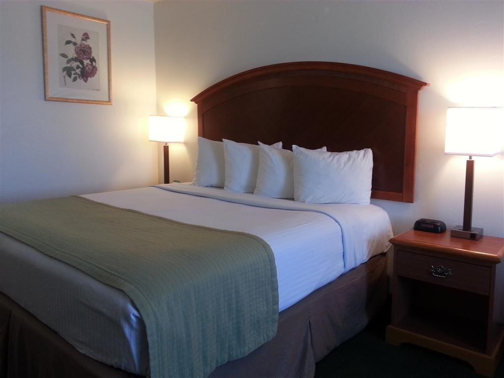 Best Western Liberty Inn - One queen bed guest room, sleeps two guests, spacious, breakfast included.