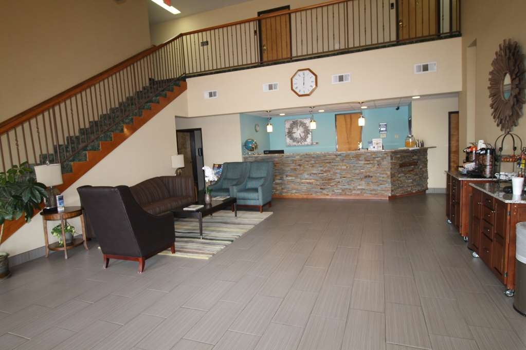 Best Western Liberty Inn - Relax in this modern lobby with cool colors and complimentary coffee, tea, and water.