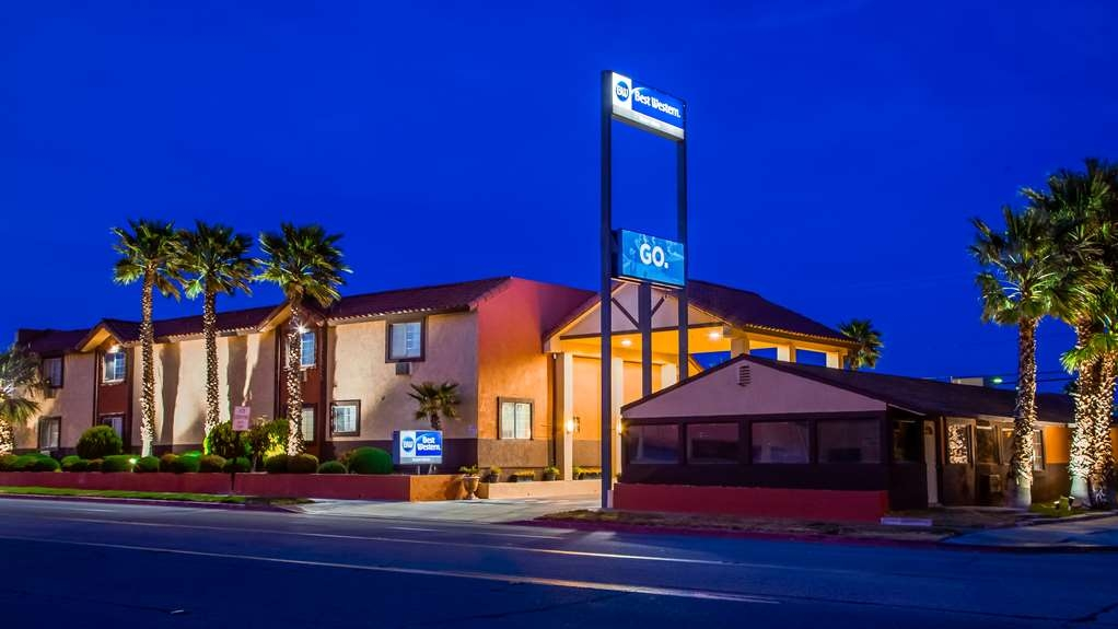 Best Western Desert Winds - Hotel Exterior at Night