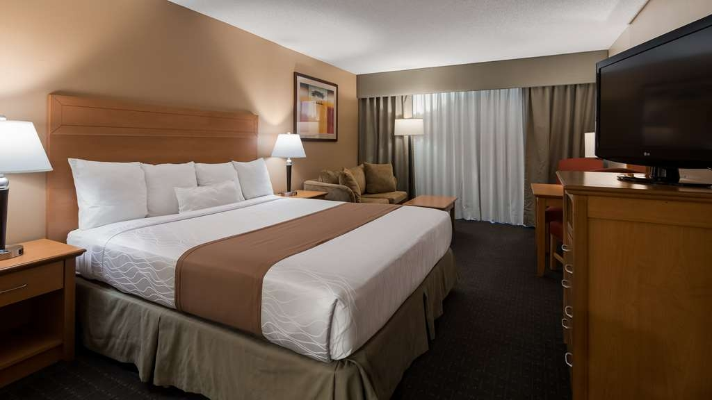 Best Western Plus Palm Desert Resort - This king guest room with 37-inch LCD TV, free Wi-Fi, refrigerator, coffee maker, iron/ironing board & safe also includes breakfast.