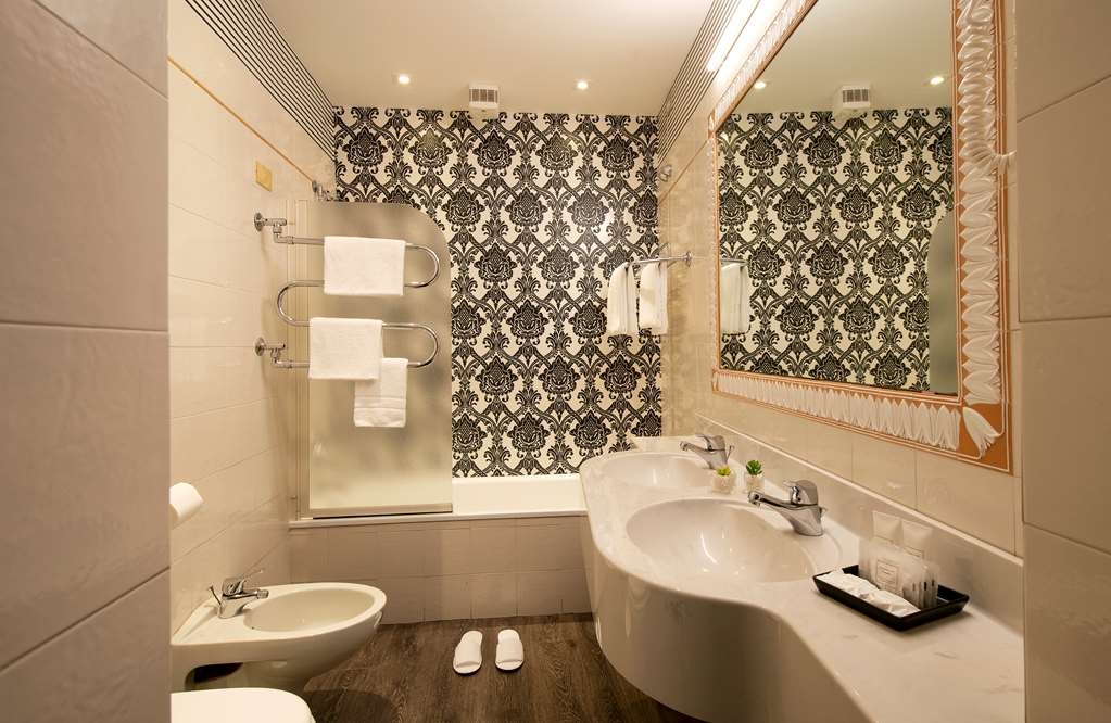De La Pace, Sure Hotel Collection by Best Western - Guest Room Bath