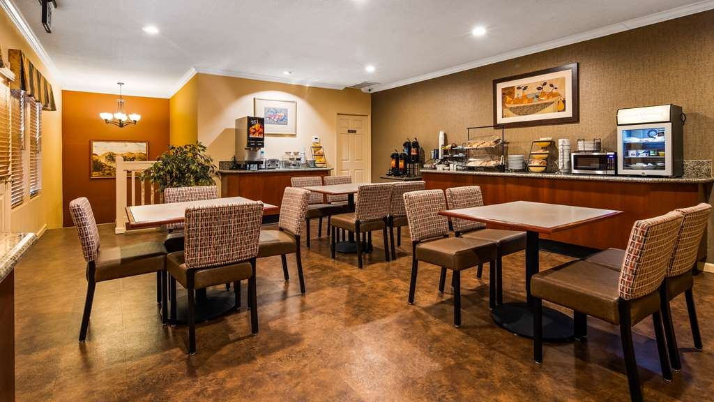 Best Western Stagecoach Inn - Sit down and enjoy the morning news while enjoying a free breakfast and a delicious cup of coffee.