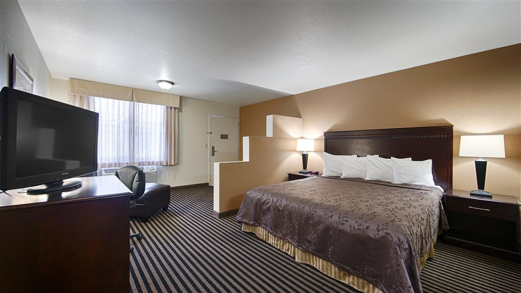 Best Western Beach Dunes Inn - Wake up refreshed in this deluxe bed guest room featuring a comfortable king bed and sitting area.