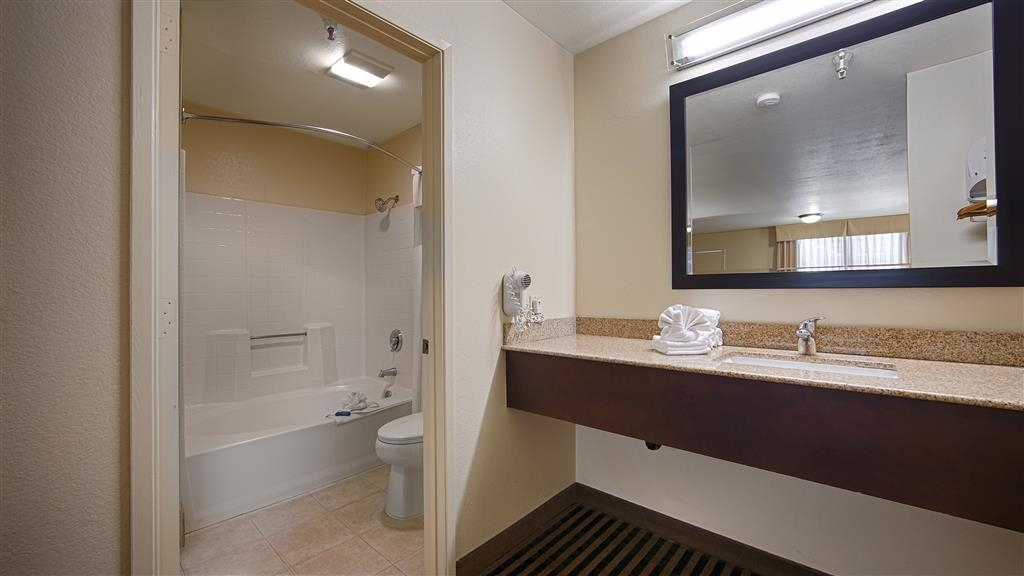 Best Western Beach Dunes Inn - Enjoy getting ready for a day of adventure in this fully equipped guest bathroom.