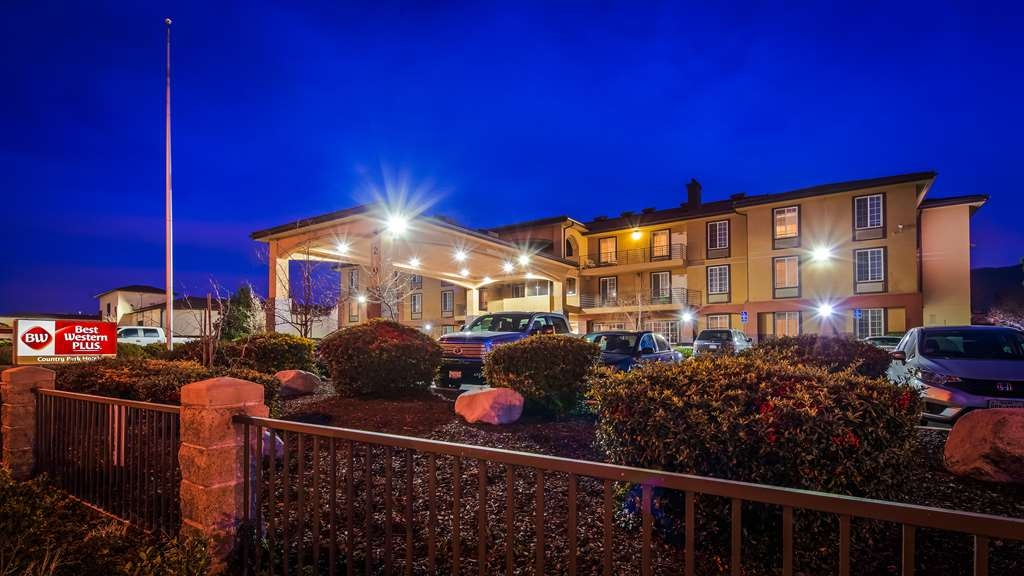 Best Western Plus Country Park Hotel - Hotel Exterior at Night