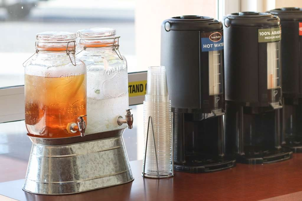 Best Western I-5 Inn & Suites - Iced tea, iced water with cucumber slice, fresh coffee and hot water all day