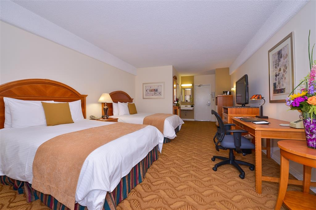 Best Western Plus Thousand Oaks Inn - 300 square foot double queen deluxe room