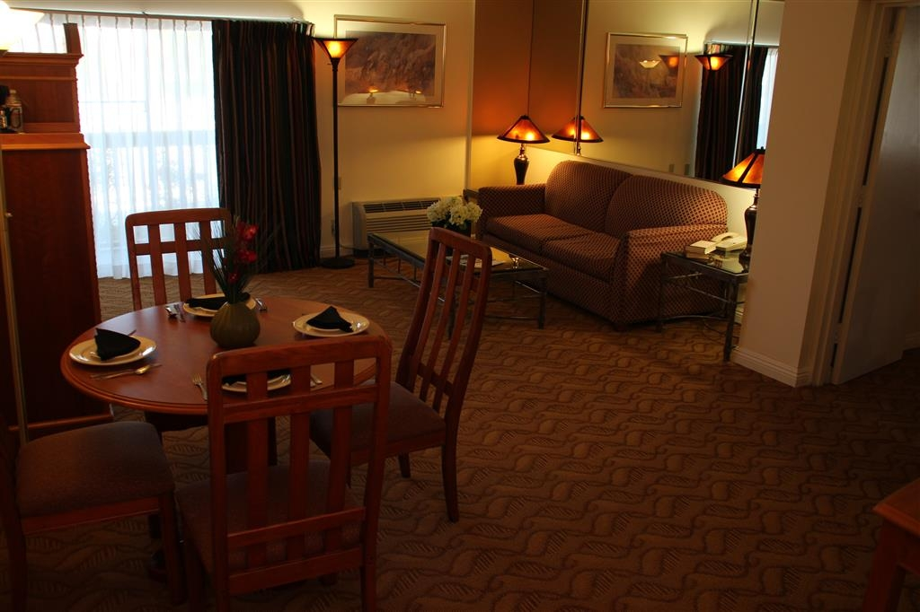 Best Western Plus Thousand Oaks Inn - Catch up and watch movies on the 27-inch television.