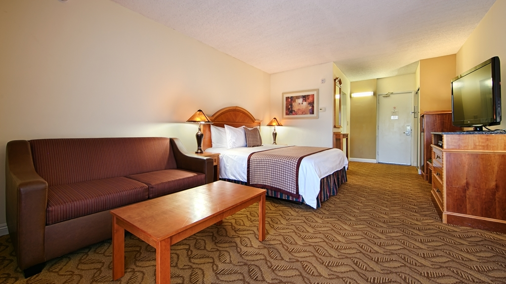 Best Western Plus Thousand Oaks Inn - Experience a romantic getaway in our deluxe king guest room, designed for your relaxation and comfort.