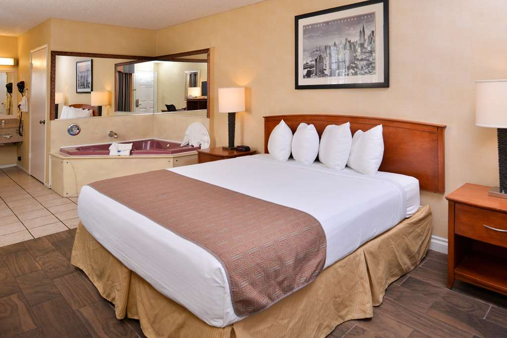 Best Western Palm Garden Inn - Relax in our king bed guest room with an in-room hot tub.