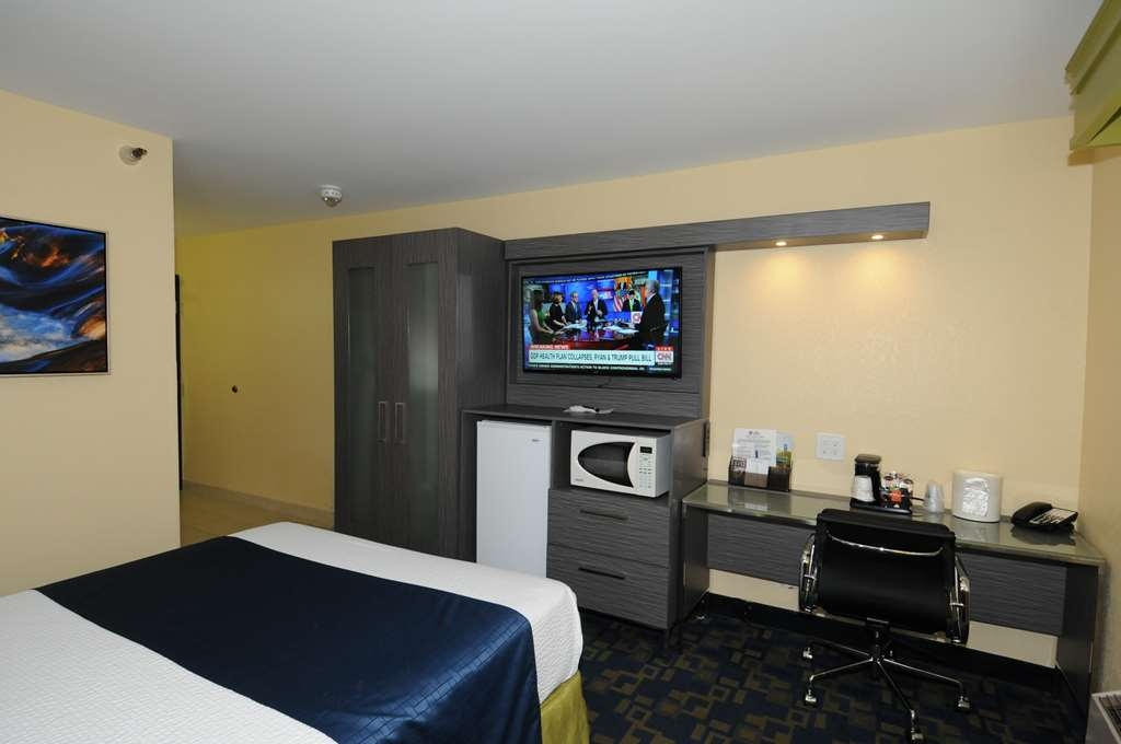 Best Western Antelope Inn & Suites - ADA Mobility Accessible 1 queen bed roll-in showere